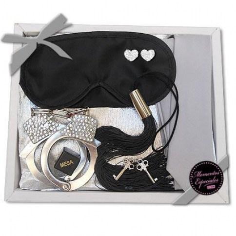 Caja erótica compuesta por antifaz, corbata, esposas, dados y látigo.