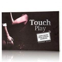 CM El objetivo del juego es disfrutar en pareja de las sensaciones que puede proporcionarnos el sentido del tacto. Se colocan boca abajo los dos montones de tarjetas. Las de color negro continen partes del cuerpo (mano, muslo, oreja, boca,...) y las de c